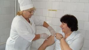 В больнице Тропиных сотрудники вакцинируются против гриппа